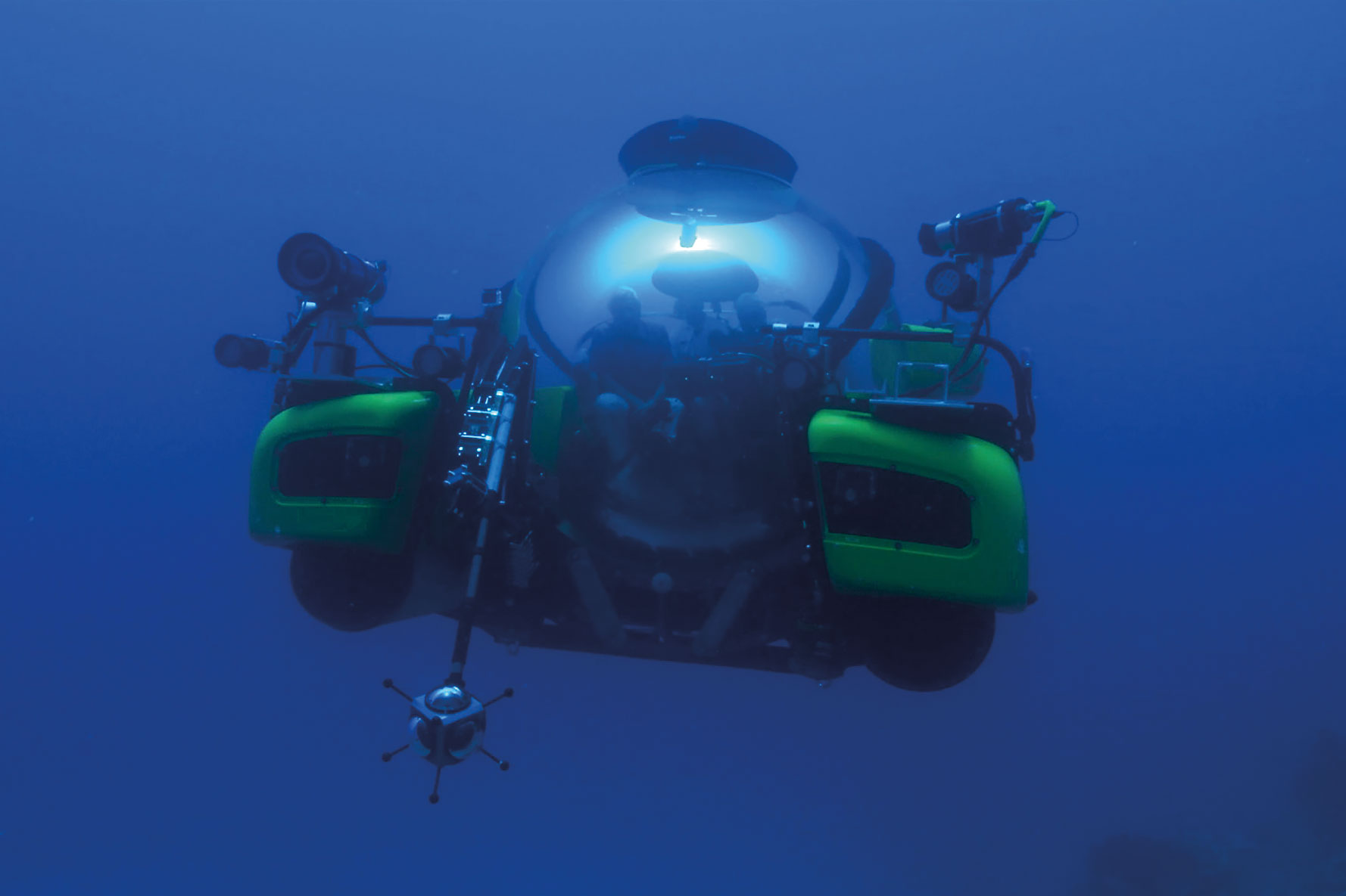 IMAGE-2-David-Attenborough-dives-on-the-GBR-in-a-Triton-Submarine,-which-is-being-filmed-by-a-Virtual-Reality-rig-(c)-Atlantic-Productions