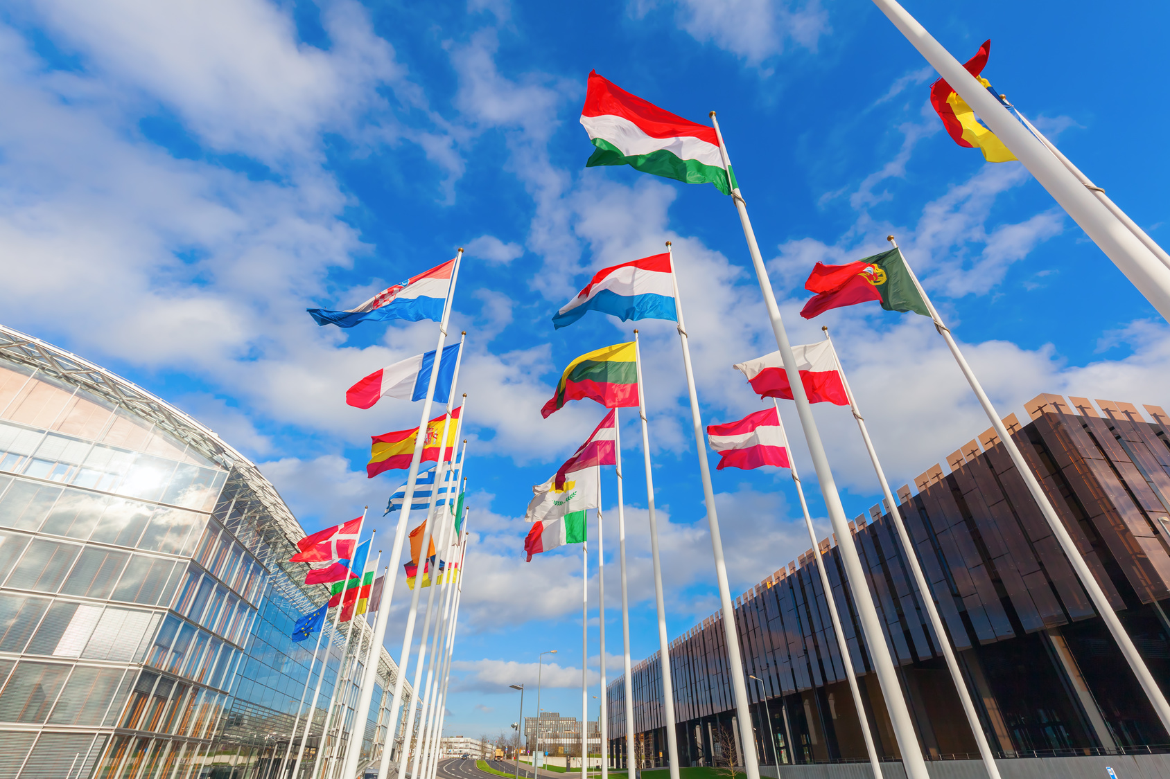 europische Flaggen auf dem Kirchberg in Luxemburg